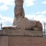 يزن كل منهما ٢٣ طنامن الجرانيت و يشهدان اليوم على عظمة المصري الذي شكلهما منذ ٣٥٠٠عاما في عصر امنحتب الثالث..يرقضان على ضفة نهر نيفا منذ ١٨٣٠