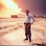 دكتور مصطفى الرفاعى وخلفه آبار البترول التي أشعلها صدام قبل انسحابه