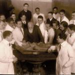 صالة التشريح بجامعة فينا سنة ١٩٢١ برئاسة البروفسور هوخشتتر الذي اشرف على تحنيط جثة لينين الوالد هو الثاني من اليمين